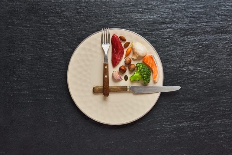 plate of healthy food with knife and fork portraying clock hands